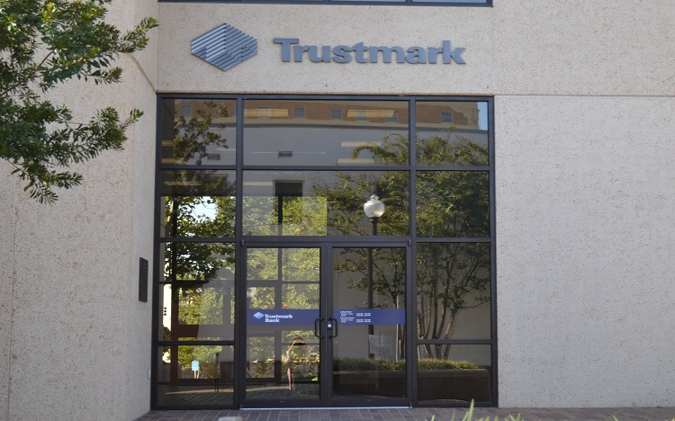 Trustmark storefront. Your local Banking services in Hattiesburg, Ms.