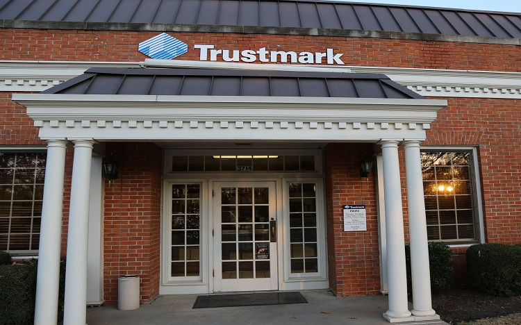 Trustmark storefront. Your local Banking services in Lakeland, Tn.